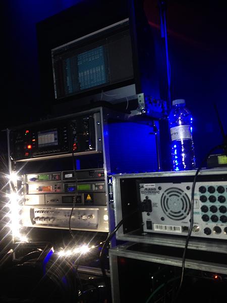 El control de monitores y el sistema de grabación de Iker.