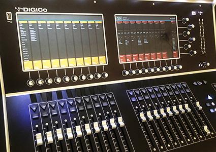 DiGiCo S21 con los VCA en el banco de faders de la izquierda y los subgrupos en la derecha